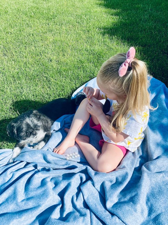 Co zabrać na wakacje z dziećmi? Koc i coś przeciw komarom